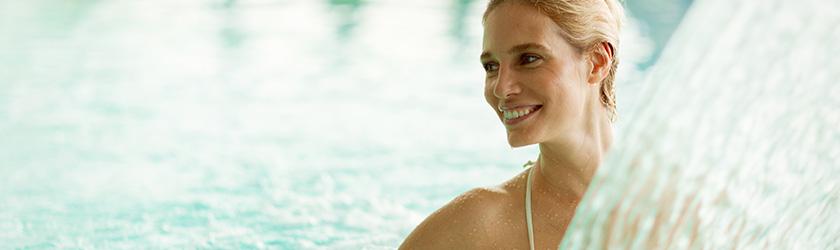 photo femme dans l'eau col de cygne piscine