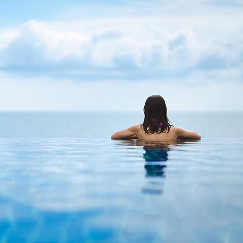 femme piscine à débordement vue sur la mer Thermalies Digital