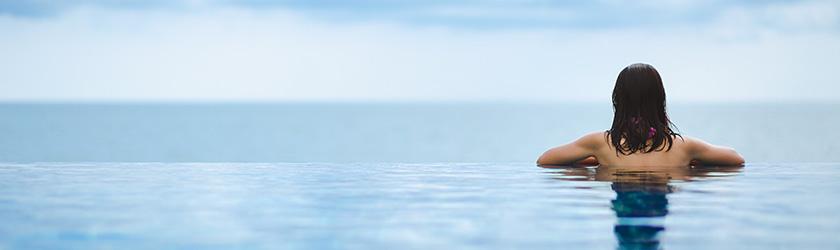 femme dans l'eau face à la mer thalassothérapie