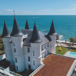 château des Tourelles donnant sur la mer