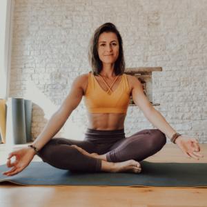 Julie Ferrez en position yoga