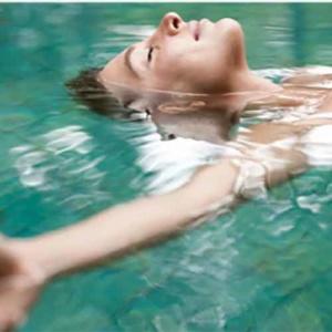 femme détendue dans l'eau - Thermalies Paris