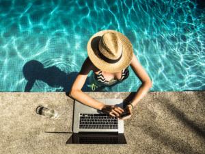 femme dans une piscine et sur son ordinateur